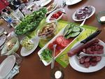 Ruuaksi valikoitui salaatti erilaisilla lisukkeilla.