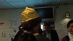 Leenalla päässään tämän vuoden hattu. Näitä käyttivät päiviä organisoivan johtoryhmän jäsenet.