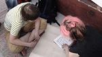 Roosa ja Paula panivat ajatuksensa ensin paperille. Paulalla on taito lukea tekstiä ylösalaisin.